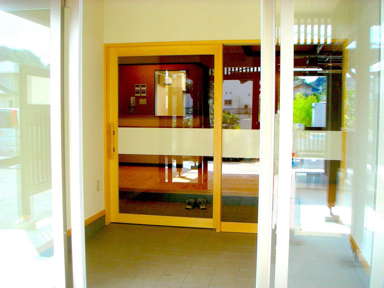 ヒバのエントランス半自動ドア