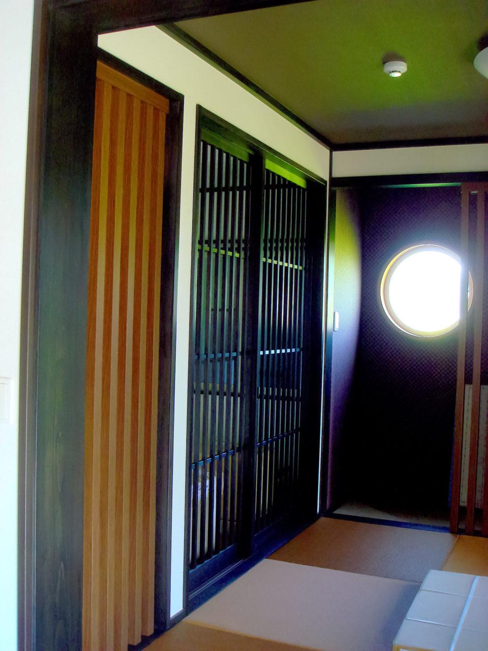 黒く塗装した杉の格子戸