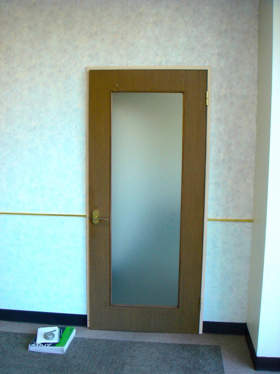 改装前の店舗入口ドア