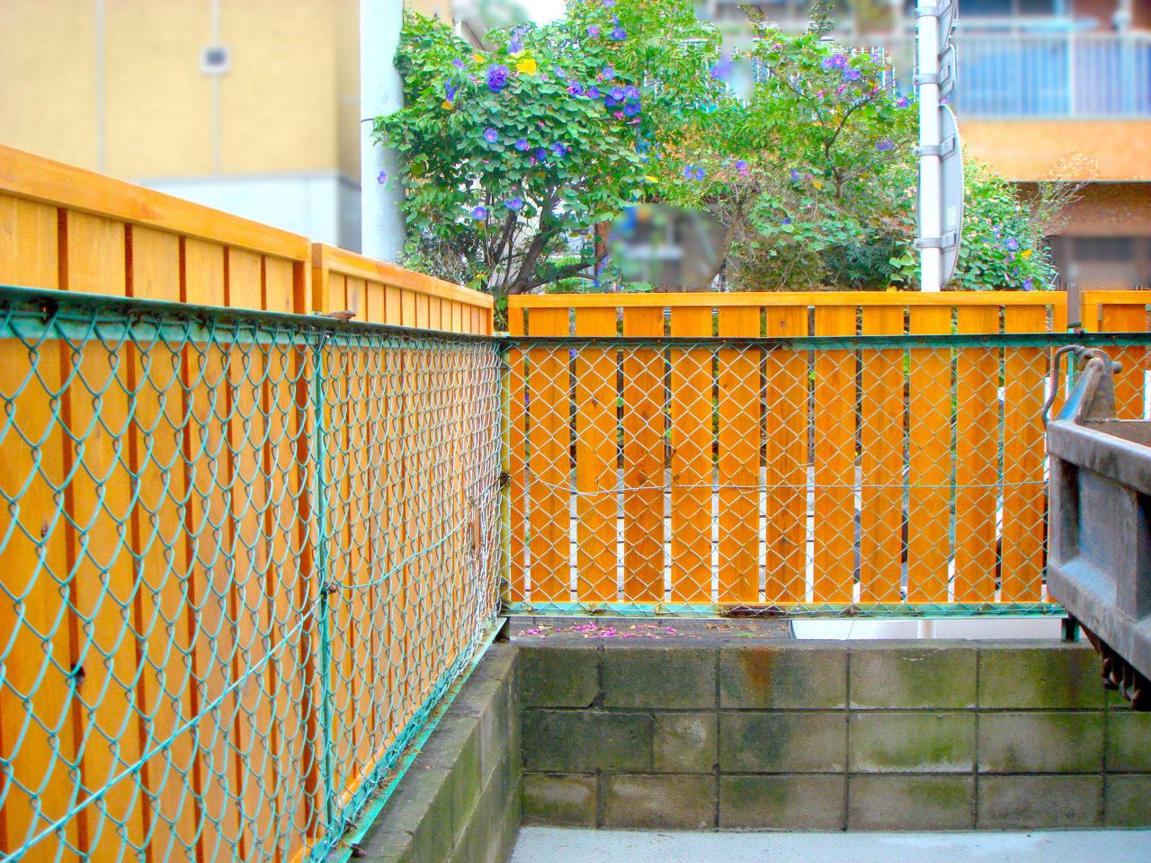 裏から見ると元のフェンスを利用していることがわかります