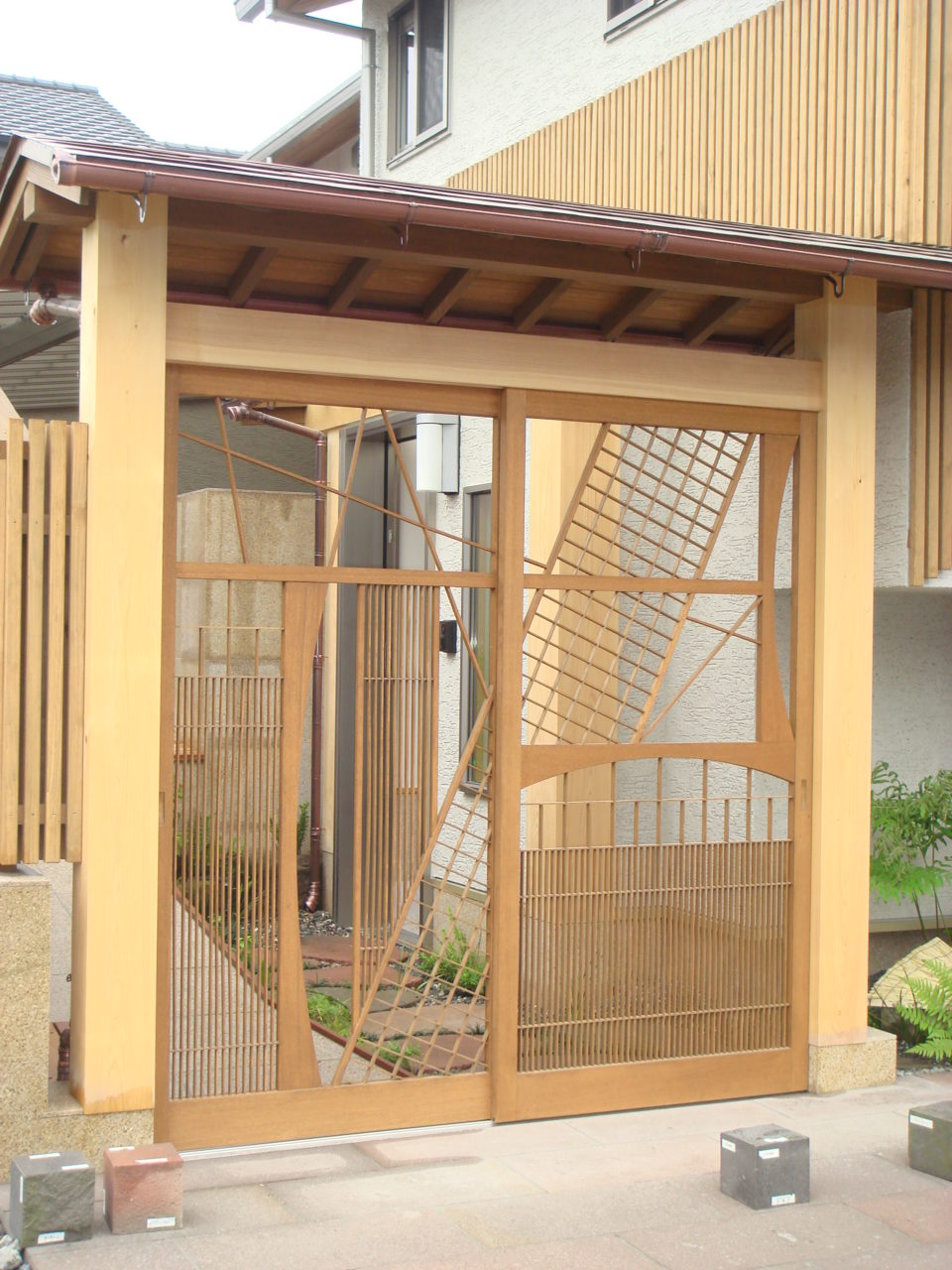 宿泊型モデルハウスの入り口として製作したオリジナル格子戸