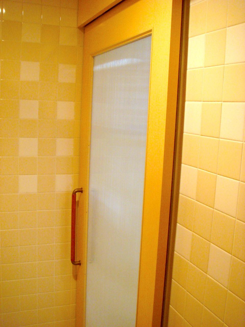 トイレの入口に半自動のハンガー戸をつけた写真