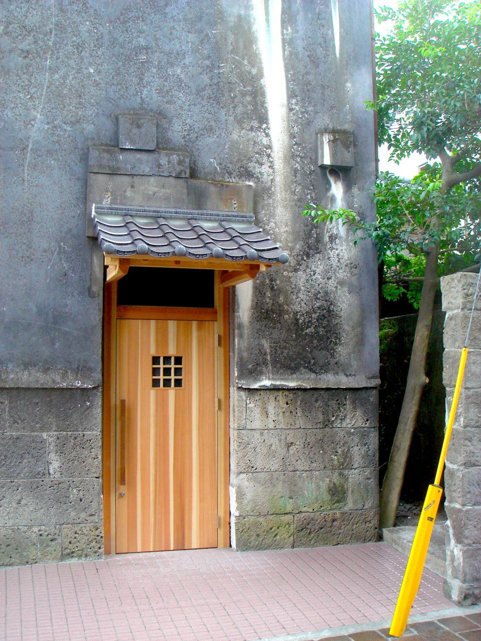 鹿児島といえば西郷さん、その近くにある石倉のドア