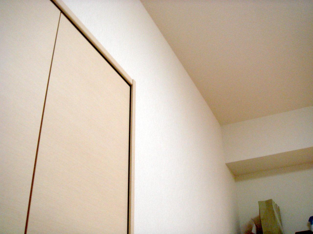 引き戸上のスペースに棚を設置します