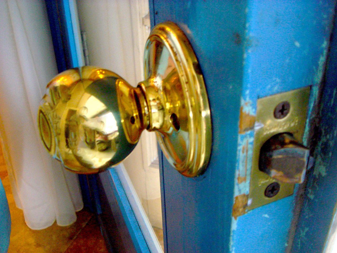 青いドアは金の握り玉に交換