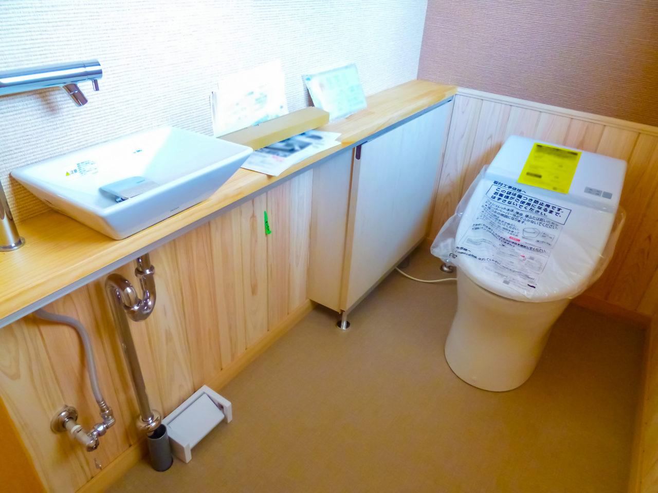 トイレ手洗器天板下に収納を制作