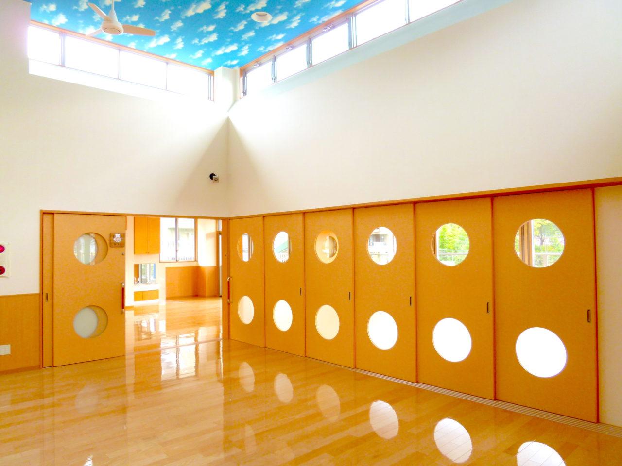 天井の青空が保育園らしくてかわいい
